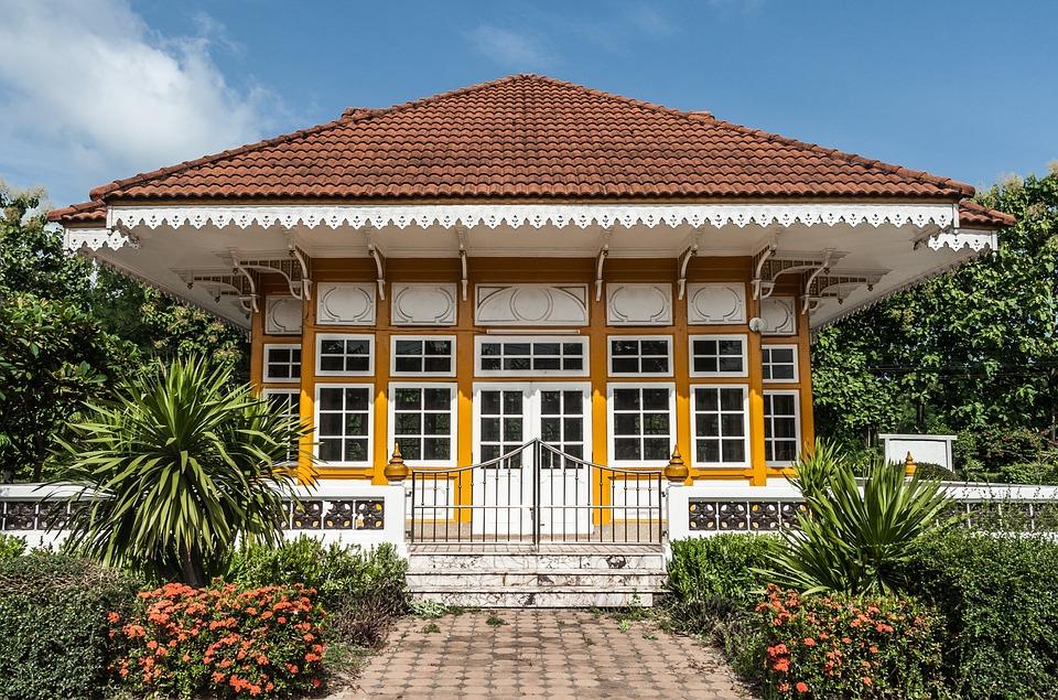 Фамилна тайландска къща с градина и голяма стъклена фасада